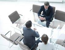 Conversation des gens d'affaires dans un lieu de réunion moderne Photo stock