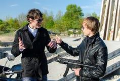 Conversation entre deux gangsters Photographie stock libre de droits
