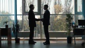 Conversation entre deux hommes d'affaires banque de vidéos