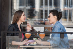 Conversation entre deux personnes à l'extérieur d'un bâtiment Image libre de droits