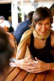Conversation heureuse au café Images libres de droits