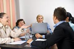 Conversation heureuse lors de la réunion d'affaires Photo libre de droits