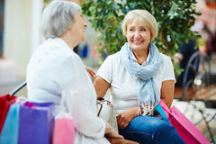 Conversation of mature shoppers Royalty Free Stock Photography