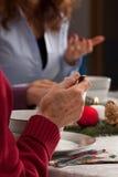 Conversation pendant le dîner de Noël photo stock