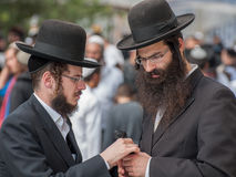 Conversation between two Hasidic Jews. Royalty Free Stock Photos