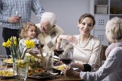 Conversations de famille à la table Photos stock