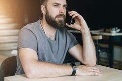 Conversations téléphoniques Le type appelle ses amis, amie Effet de Bokeh, effet de film Images libres de droits
