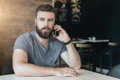 Conversations téléphoniques Le type appelle ses amis, amie Filtre d'Instagram Photos stock
