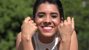 Conversazione abbastanza teenager adorabile della ragazza e di bambino del latino-americano stock footage