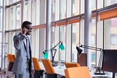 Conversazione afroamericana dell'uomo d'affari dal telefono Fotografia Stock