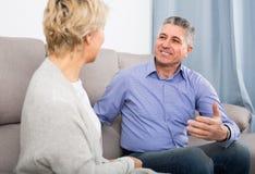 Conversazione amichevole di amore del marito e della moglie immagine stock