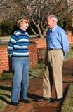 Conversazione anziana delle coppie fotografia stock
