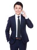 Conversazione asiatica dell'uomo d'affari al cellulare Fotografia Stock
