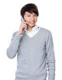 Conversazione asiatica dell'uomo d'affari al cellulare Fotografie Stock