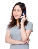 Conversazione asiatica della donna al cellulare Fotografie Stock Libere da Diritti