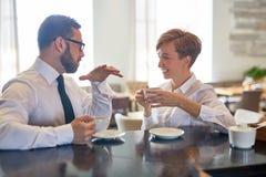 Conversazione in caffè fotografia stock