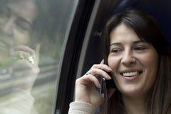 Conversazione con uno Smart Phone sul treno Immagini Stock Libere da Diritti