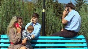 Conversazione dei membri della famiglia sul telefono archivi video