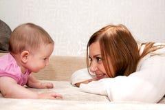 Conversazione del bambino e della madre fotografia stock libera da diritti