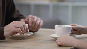 Conversazione del bambino e del nonno e tè bevente, spendere insieme tempo, comunicazione stock footage