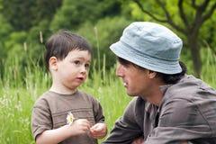 Conversazione del figlio e del padre Immagini Stock