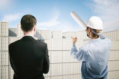 Conversazione del lavoratore e dell'uomo d'affari di bacino Immagine Stock