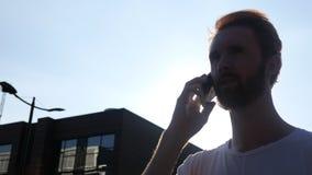 Conversazione del telefono durante il tramonto, all'aperto, siluetta Immagine Stock Libera da Diritti