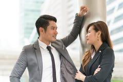 Conversazione dell'uomo e della donna di affari due Immagini Stock