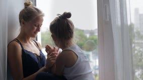 Conversazione della figlia e della madre video d archivio
