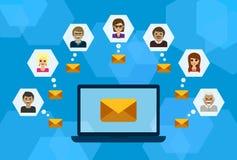 Conversazione della gente, email e computer portatile, concetto di Internet Immagini Stock Libere da Diritti