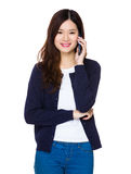 Conversazione della giovane donna al cellulare Fotografia Stock