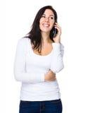 Conversazione della giovane donna al cellulare Immagine Stock