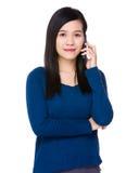 Conversazione della giovane donna al cellulare Fotografia Stock Libera da Diritti