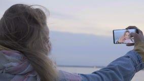 Conversazione della ragazza allo smartphone dalla video chiamata nel viaggio archivi video
