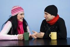 Conversazione delle coppie e ridere insieme Immagini Stock