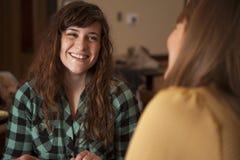 Conversazione delle giovani donne Immagini Stock Libere da Diritti