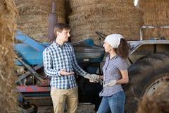 Conversazione delle lavoratrici agricole e dell'uomo Immagini Stock