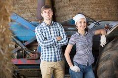 Conversazione delle lavoratrici agricole e dell'uomo Fotografia Stock Libera da Diritti