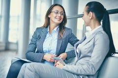 Conversazione delle signore di affari Immagini Stock