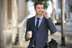 Conversazione di camminata dell'uomo di affari sul telefono cellulare Fotografia Stock Libera da Diritti