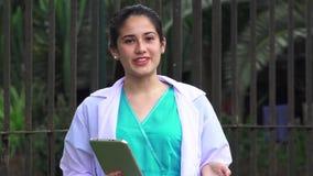 Conversazione di Or Female Doctor dell'infermiere dei giovani archivi video
