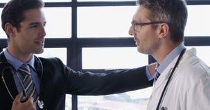 Conversazione di medico e dell'uomo d'affari stock footage
