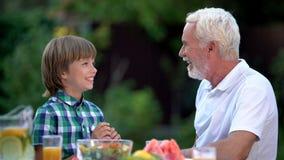 Conversazione di prima generazione con nipote, relazioni di famiglia calde, ponte della generazione immagini stock libere da diritti