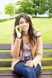 Conversazione di seduta della donna sul telefono con caffè. Fotografie Stock Libere da Diritti
