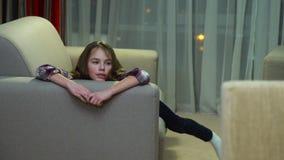 Conversazione domestica di menzogne del sofà della ragazza in ozio di svago del bambino archivi video