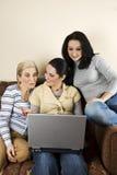 Conversazione e computer portatile della famiglia Fotografie Stock Libere da Diritti