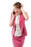 Conversazione e grido aggressivi appassionati della donna di affari sul telefono cellulare immagine stock