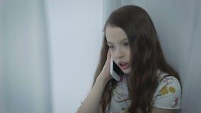 Conversazione emozionale della bella bambina sullo Smart Phone stock footage