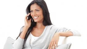 Conversazione felice al telefono stock footage