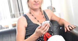 Conversazione felice del telefono della donna Fronte con il sorriso a trentadue denti Immagini Stock Libere da Diritti